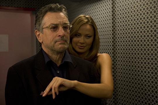 Die angenehme Seite des Filmgeschäfts: Ben (Robert De Niro) wird von der schönen Laura (Moon Bloodgood) umgarnt.