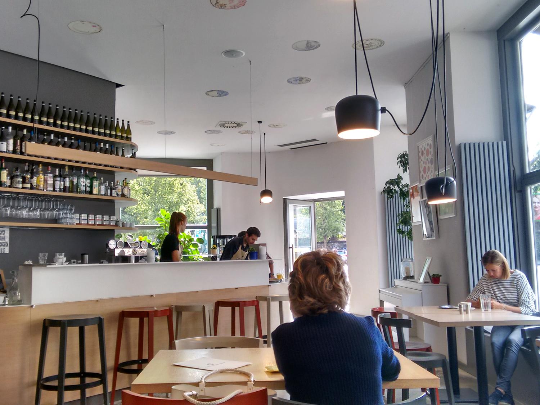 Hier trifft man auf Einheimische, Studenten und Backpacker: Café Záhorský in Prag