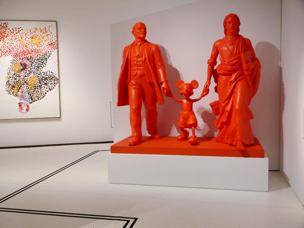 Auch in der modernen Kunst wird das Thema der Revolution nach wie vor aufgegriffen und kritisch hinterfragt. Rechts: Alexander Kosolapov: Hero, Leader, God. (VG Bild-Kunst, Bonn 2017) Links: Georg Baselitz: Lenin on the Tribune.