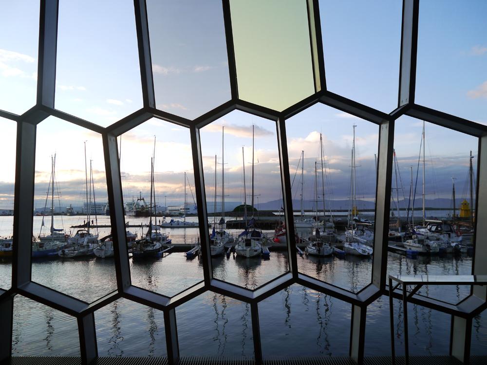 Blick aus dem imposanten Konzerthaus Harpa auf den Hafen von Reykjavik