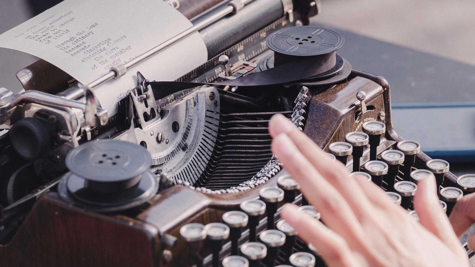 In den 1960er Jahren war es nicht selbstverständlich, dass eine Frau einer schriftstellerischen Tätigkeit nachgehen konnte. (Foto: David Klein on Unsplash)