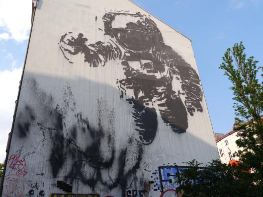 """Street-Art-Tour in Berlin-Kreuzberg:"""" Astronaut/Cosmonaut"""" von Victor Ash"""