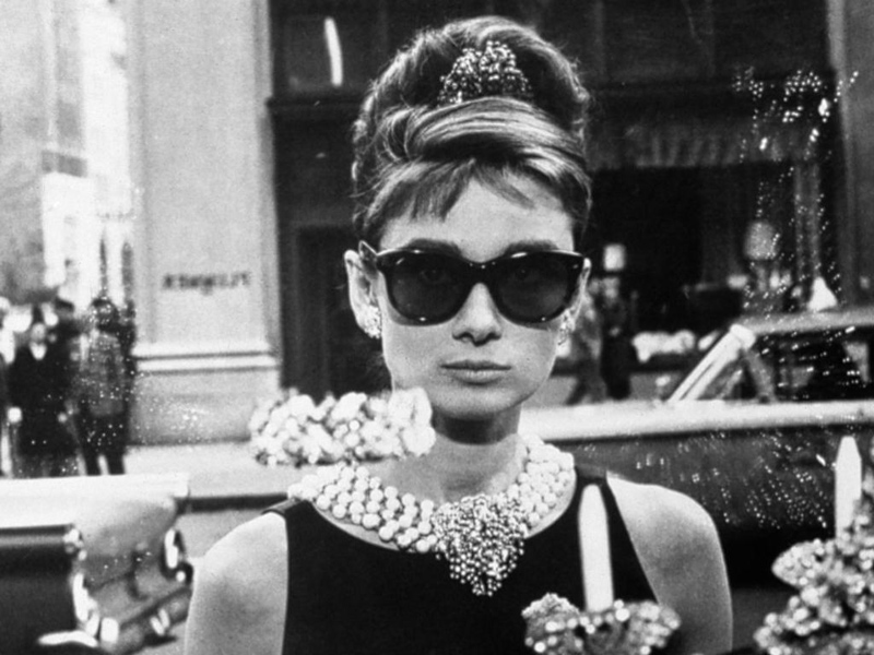 Audrey Hepburn in ihrer Rolle als Romanfigur Holly Golightly