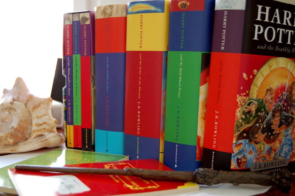 Sucht man in meinem Buchregal vergeblich: die Harry-Potter-Buchreihe / Foto: Alberto Alvarez-Perea, Flickr