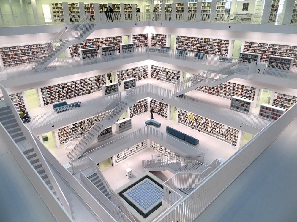 Nachhaltige Alternativen: In Second-Hand-Shops gehen oder der Stadtbibliothek einen Besuch abstatten / Foto: Bibliothek Stuttgart, Pexels)