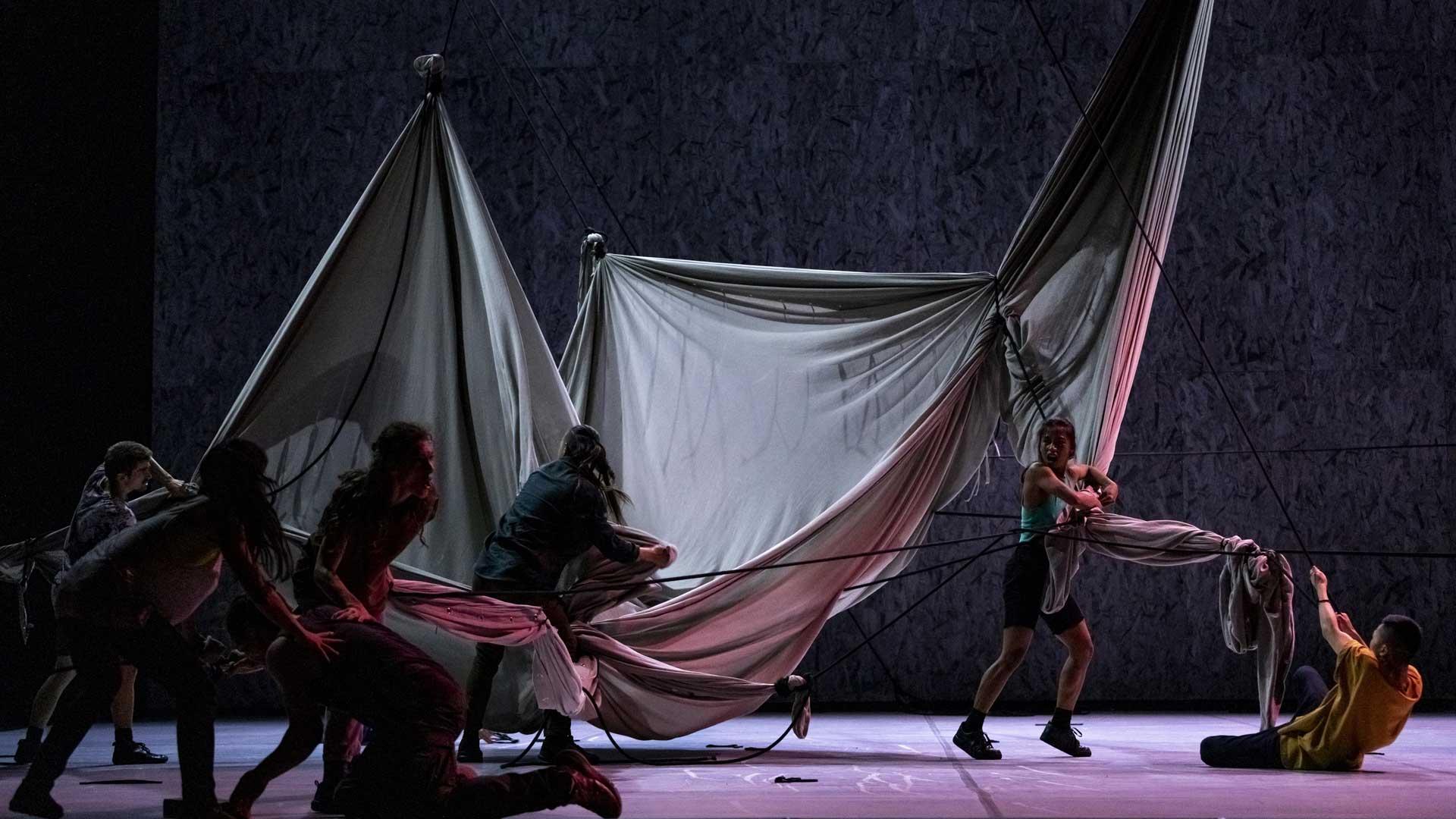 Welches Gebilde entsteht hier? Die Inszenierung lässt Raum für Interpretationen ( Photo: Jubal Battisti, Staatsballett Berlin)