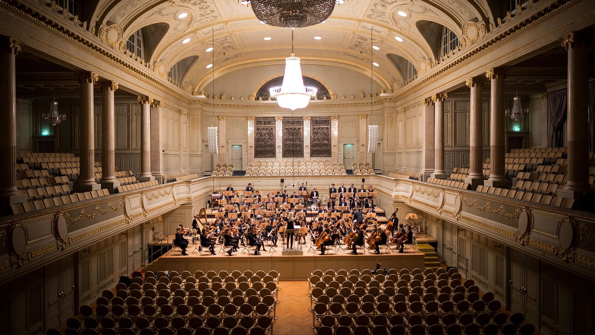 Ein seltenes Bild: das Orchester spielt vor leeren Sitzreihen. Zum Glück gibt es Online Streams.