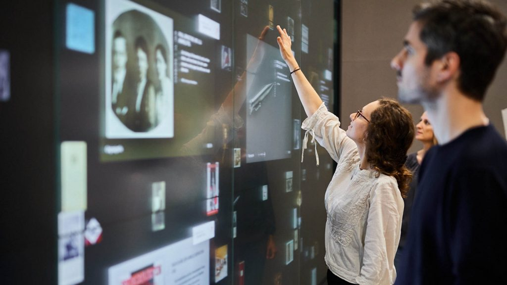 "Das interaktive ""Familienalbum"" präsentiert zehn Sammlungen aus dem Bestand des Museums (Jüdisches Museum Berlin, Foto: Yves Sucksdorff)"