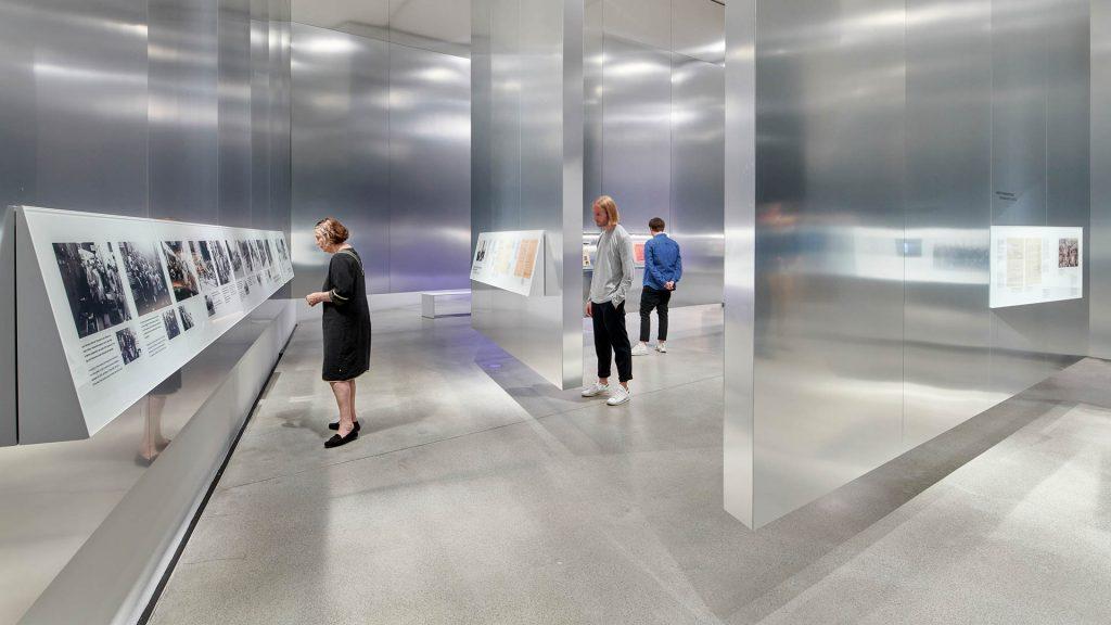 """Blick in denBlick in den Epochenraum """"Katastrophe"""" (Jüdisches Museum Berlin, Foto: Yves Sucksdorff)"""