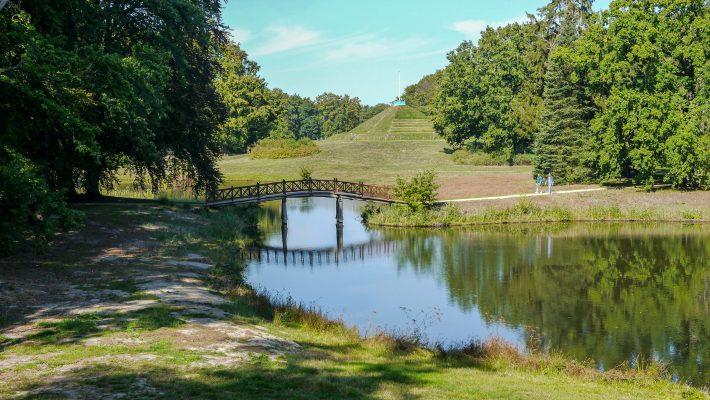 """Blick auf die """"Pückler-Pyramide"""" im Park Branitz"""